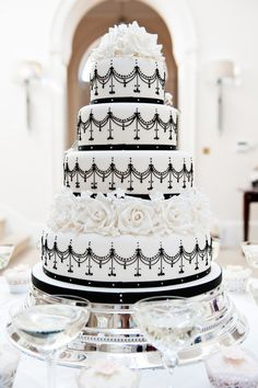 So Sassi bride and her black and white wedding cake!