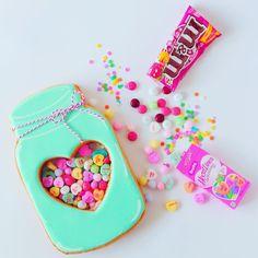 #キラキラステンドグラスクッキーBOOK の中で 撮影用のために作ったビッグサイズのメイソンジャー型クッキー 中身は本物のお菓子あつーい真夏に作ってたな.. 涼しくなってきてステンドグラスクッキーも作りやすい季節になりました✌ #icingcookies#cookies#edibleart#royalicing#decoratedcookies#sugercookies#sweet#sweets#lindo#cute#kawaii#baking#instafood#instasweet#stainedglasscookies#galletas#쿠키#아이싱쿠키#曲奇#アイシングクッキー#クッキー#ステンドグラスクッキー#お菓子#ycsweets