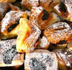 Hozzávalók: 4-4,5 dl tej, 5 dkg élesztő, 3 evőkanál kristálycukor, 1 kg finomliszt, 1 egész tojás, 3 tojássárgája, só, 1 csomag vaníliás cukor, 1 csomag (11 gramm) porélesztő (ez az eredeti receptben nem szerepel, de így ... Croissants, My Recipes, French Toast, Muffin, Food And Drink, Sweets, Cookies, Breakfast, Anna