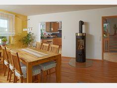 Rustikaler Essbereich mit modernem Ofen #OSTRAUER Baugesellschaft