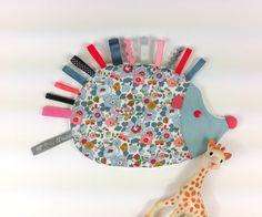 DOUDOU ETIQUETTES HERISSON - Liberty Betsy porcelaine et étiquettes : Jeux, peluches, doudous par bleu-mouton