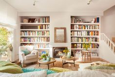 Salón con dos librerías empotradas simétricas a cada lado de la chimenea