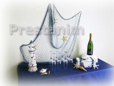 Voici un filet de pêche décoratif bleu marine accroché sur un mur au dessus du buffet marin