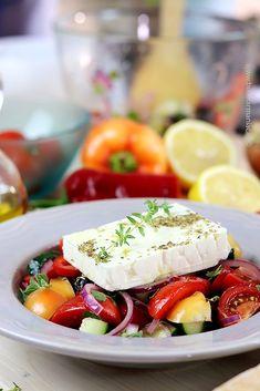 Salata grecească originală, făcută după o reţetă autentică , o gustare pe cât de simplă, pe atât de delicioasă! Avocado Salad Recipes, Camembert Cheese, Vegan, Breakfast, Food, Fine Dining, Morning Coffee, Essen, Meals