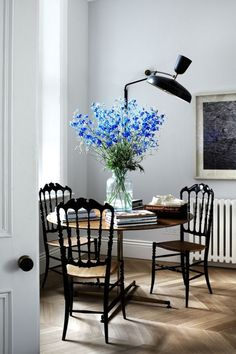 classic dining nook with modern lighting by suzy hoodless | via coco+kelley