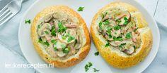 Dit gevulde broodje met ragout kun je eten als een lichte maaltijd of een uitgebreide lunch.