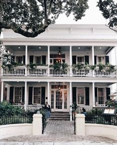 Here is the ultimate 48 Hour Charleston Itinerary for your viewing and using pleasure. It has the best spot to stay, where you have to eat and what to do. Future House, Plantation Style Homes, Southern Plantation Style, Southern Homes, Southern Mansions, Southern Porches, Southern House Plans, House Goals, Curb Appeal