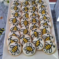 Bienen-Kekse Wie super süß! Vielen Dank für diese schöne Idee für unsere nächste Bienen und Marienkäfer-Party zum Kindergeburtstag! Dein blog.balloonas.com #kindergeburtstag #motto #mottoparty #party #kinder #geburtstag #kids #birthday #idea #bienen #marienkäfer #bee #ladybug