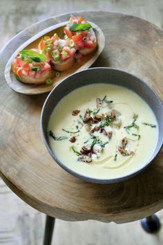 Bereiden:Schil de pastinaken, snijd ze in stukken. Verwijder de bladeren van de artisjok. Snijd het hart in stukjes. Verhit een scheutje olijfolie in een pot. Stoof hier de sjalot, de look, de artisjok en de pastinaak in aan. Voeg de komijn, kurkuma en garam masala toe. Bevochtig met de kippenbouillon en de kokosmelk. Breng aan de kook en laat 15 minuten doorkoken. Mix de soep nu glad. Pureed Food Recipes, Soup Recipes, Cooking Recipes, Healthy Recipes, Warm Food, Happy Foods, Love Food, Food Inspiration, Soups