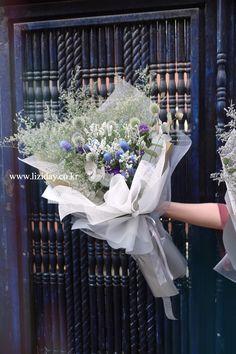 Contact : lizi@liziday.com . . . . . #flowers #liziday #flowergift #gift #koreaflower #koreanflorist #florist #flowerarrangement #flowerbox #handtied #꽃다발 #꽃다발포장 #flowerclass #flowershop #flowerwrapping #wrapping