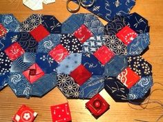 At the moment it has 42 pieces and is about 10 inches long. Quilting Templates, Quilting Tutorials, Quilting Designs, Hexagon Quilt Pattern, Quilt Patterns, Tessellation Patterns, Hexagon Patchwork, Patchwork Ideas, Patchwork Designs