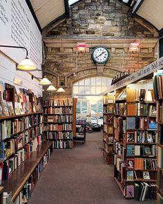 """4,401 Likes, 37 Comments - Grande-Bretagne•VisitBritain (@lovegreatbritain_fr) on Instagram: """"Un royaume pour les livres, par @disastersofathirtysomething  S'il y a un lieu à visiter pour les…"""""""