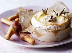 Warme brie met hamgrissini (Libelle Lekker!) Tapas Party, Party Snacks, Appetizers For Party, Brie, Fondue, Dutch Recipes, Happy Foods, Ham And Cheese, Food Festival