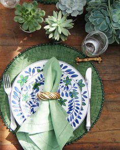 Green placemats, matching succulents as table decoration and green napkin Beautiful Table Settings, Table Set Up, Table Arrangements, Dinning Table, Deco Table, Decoration Table, Wedding Table, Tablescapes, Napkins
