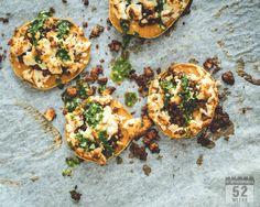 Herkulliset bataattikiekot linsseillä ja fetalla sekä basilikaöljyllä kruunattuna ovat erinomainen lounas tai alkupala. Suolaista ja maukasta!