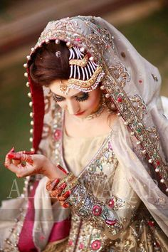 Everything You Need To Know About Throwing The Perfect Wedding. Weddings are wonderful. A lot of people think they need to spend a lot of money to have a classy and memorable wedding, but that's not true. Pakistani Bridal Makeup, Bridal Mehndi Dresses, Pakistani Wedding Outfits, Pakistani Wedding Dresses, Indian Bridal, Bridal Dupatta, Indian Outfits, Bridal Poses, Bridal Photoshoot