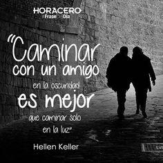 """""""Caminar con un amigo en la oscuridad es mejor que caminar solo en la luz"""" Hellen Keller #Frases #FraseDelDía"""