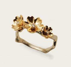 Mélange de deux ors: les fleurs sont en or rouge et le corps de bague en or gris palladié, 3 diamants Taille possible de 48 à 56   620,00 € sur a little Market