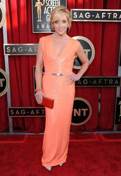 Alluring Jane Krakowski, great color and accessories #SAGAwards #STYLAMERICAN