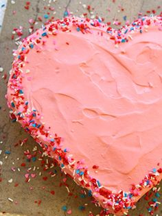 No, you don't have to have a special pan to make a heart-shaped cake. Make a Heart Shaped Cake without a Heart Cake Pan! Valentine Cake, Valentines Day Treats, Valentine Heart, Cupcakes, Cupcake Cakes, Cake Cookies, Hart Cake, Yummy Treats, Sweet Treats
