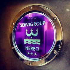 Ojo de buey en la puerta. // Porthole on the door. #Hotel Servigroup Nereo