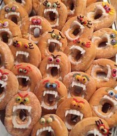 Donut monsters :) - Was Sie Für Die Party Wissen Müssen Halloween Donuts, Halloween Treats To Make, Halloween Fruit, Halloween Breakfast, Halloween Snacks For Kids, Halloween Desserts, Halloween Food For Party, Trendy Halloween, Halloween Ideas