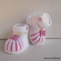 Chaussons bébé style babies en laine layette tricotés main blanc, rose, 0/3 mois.papillon et bouton fimo assortis@nana-creations.