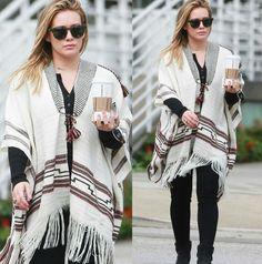 Boa noite com um look rustic fashion da Hilary Duff, de inspiração para os dias frios!♥️✨ Ela usa um conjunto de peças total black, com um belo #poncho, branco e estampado, de contraste fashion. O look é ótimo, mas não é o ideal para as baixinhas. #creative #fashion #streetstyle #hilaryduff