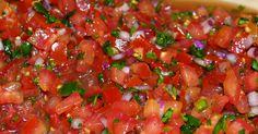 LA SALSA MESSICANA 1 cipolla media tritata (io preferisco usare cipolle rosse, ma tutte vanno bene) 2 grossi pomodori tagliati a pezzetti piccoli o frullati grossolanamente 1 peperone verde grande (ma va bene anche uno giallo, non uso il rosso per via del colore) 1 o 2 peperoncini piccanti (dipende da quanto amate il piccante) (vanno bene sia rossi che verdi) 1 grosso spicchio di aglio tritato finemente una manciata di coriandolo fresco (sostituibile con del prezzemo