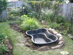 Best Tips for Starting a Small Garden Pond This advice is intended for anyone installing a small (under 1000 gallons - about the size of hot tub or less) prefab garden pond or other little container pond on a patio or balcony. Ponds For Small Gardens, Small Ponds, Small Fish Pond, Outdoor Ponds, Ponds Backyard, Koi Ponds, Backyard Patio, Goldfish Pond, Turtle Pond