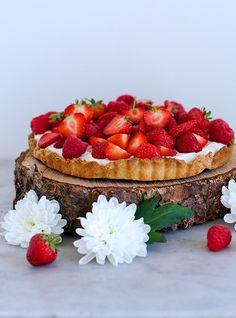 Her kommer min opskrift på den ultimative sommertærte med friske, søde bær. Tærten er super nem at lave, så hvis du får tid i den kommende weekend, så kan jeg på det varmeste anbefale at lave den. { Jordbærtærte, ca. 6 pers. } Bund: 200 g alm. mandelmel 2 spsk alm. revet kokosmel 1 æg, …