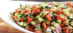 Een lekker koolhydraatarm voorgerecht, Israëlische salade. Dit is een gezonde salade die je snel kunt klaarmaken. De Israëlische salade kan je na het bereiden maximaal 3 dagen in de koelkast bewaren.