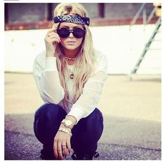 Digging the Bandana - Sunglass combo. She looks like Lindsay Lohan though!