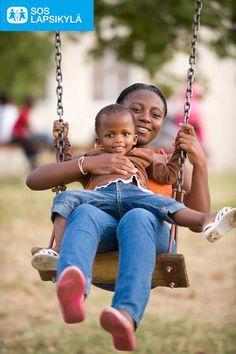 SOS-Lapsikylä-äiti ja pieni tyttö keinuvat Etelä-Afrikassa. #Lapset #Leikki #SOS-Lapsikylä #Etelä-Afrikka