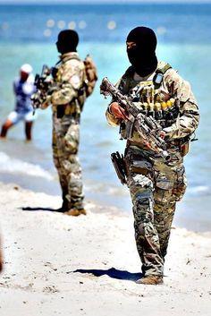 Fuerzas especiales de Tunez patrullando por la playa