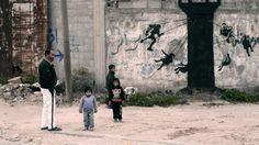 Los grafitis de Banksy en Gaza. Bansky ha vuelto. Lejos de hacerlo en las grandes capitales de Europa el artista se ha infiltrado en la cárcel más grande del mundo, Gaza. Conocido