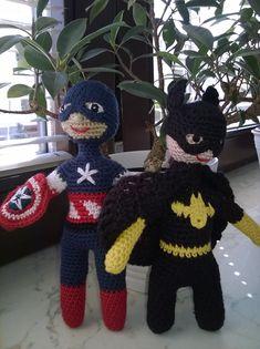 Batman a Captain Amerika / Zboží prodejce dana. Crochet Dolls, Crochet Hats, Captain Amerika, Batman, Crochet For Boys, Amigurumi Doll, Christmas Ornaments, Holiday Decor, Knitting Hats