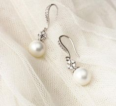 Bridal Earrings, Drop Pearl Earrings, Wedding #weddingjewelry #bridalearrings #pearlearrings #weddingearrings #bridaljewelry #bridesmaidgifts #dreamislandjewellery #pearldropearrings #whitepearlearrings #bridesmaidearrings #dropearrings #pearlandcrystal #droppearlearrings