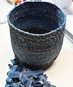 DIY Rope Basket with Recycled Denim [.And the Fabric Mart gift certificate winner is announced! DIY Rope Basket with Recycled Denim […And the Fabric Mart gift certificate winner is announced! Artisanats Denim, Denim Purse, Denim Skirt, Diy Old Jeans, Old Jeans Recycle, Fabric Bowls, Jean Crafts, Rope Basket, Basket Weaving