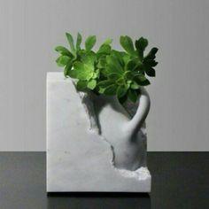 Depois de estudar arquitetura o italiano Moreno Ratti se dedicou e se especializou em trabalhar com mármore. Ele cria lindas peças como este vaso que lembra uma ânfora sendo escavada. Um tesouro para enfeitar o nosso lar doce lar. @OlhardeMahel @Moreno_Ratti #designer #vaso #mámore #cerâmica #marble #design #OlhardeMahel #ideiadecorativa #vase #fpolhares #instagram #pinterest #facebook #decoração #designdeinteriores #decoradores #decor http://ift.tt/2ebF61i