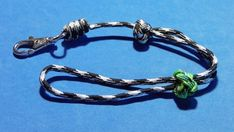 Diy paracord lanyard with the snake knot with a Celtic Button Knot (Single Strand Diamond Knot and 2 strand Diamond knot) and a multiple Overhand sliding kno. Lanyard Tutorial, Paracord Tutorial, Macrame Tutorial, Wrist Lanyard, Paracord Keychain, How To Make Lanyards, Monkey Fist Keychain, Paracord Projects, Paracord Ideas