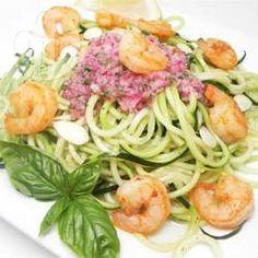Gebratene Garnelen auf Zoodles / Low carb und glutenfrei: Zucchini-Nudeln und Garnelen aus der Pfanne mit einem frischen Basilikum-Dressing.@ de.allrecipes.com