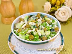 Салат с огурцами, зеленым горошком и яйцами