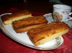 Préparation Financiers à la noix de coco, pépites de chocolat   1)Dans un bol, disposez la farine, la noix de coco, le miel et le sucre glace.       2)Faites fondre le beurre et incorporez-le à la préparation. Mélangez bien.       3)Préchauffez le four à 200°C. A l'aide d'un fouet, battez les blancs jusqu'à ce qu'ils soient mousseux, puis ajoutez- les délicatement à la préparation.       4)Ajoutez les pépites de chocolat et mélangez.       5)Versez la préparation dans des moules préalablement beurrés et placez au four pendant 20 minutes. Les financiers doivent être dorés.