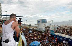 Netinho em fevereiro de 2013 no seu Trio Elétrico na Avenida Vieira Souto, Rio de Janeiro/RJ, durante o Carnaval do Rio 2013. Uma multidão atrás do seu Trio.
