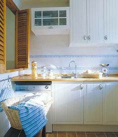 El pasaplatos de la cocina, además de muy útil durante las comidas, permite el paso de la luz natural hasta el comedor.
