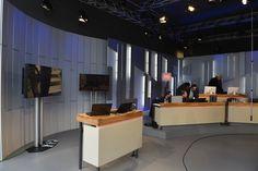 Der Blick hinter die Kulissen ist hier ein Blick auf die Arbeitsplätze in einem TV Studio.