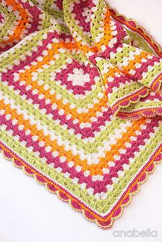 Make this super easy baby blanket in brightly and cheerful colors for your little princess, or use the colors that you like and create amazing combinations.