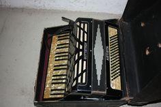 Buttstädt Artista Knopfakkordeon mit Koffer mit Zubehör Notenbüchern