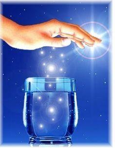 """Água fluidificada - """"A água é dos corpos mais simples e receptivos da Terra. É como que a base pura, em que a medicação do Céu pode ser impressa, através de recursos substanciais de assistência ao corpo e à alma, embora em processo invisível aos olhos mortais"""" (Emmanuel)"""